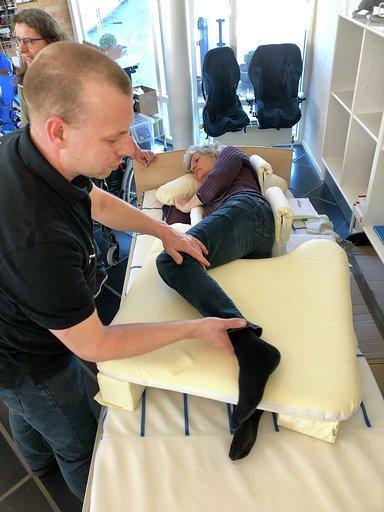 David stabiliserer deltager i seng