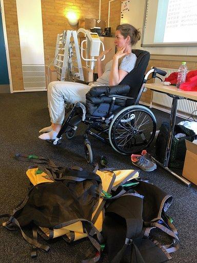 Stine underviser fra kørestolen